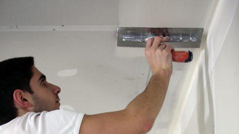 Плитка может клеиться и на гипсокартон, у которого нужно замазать швы