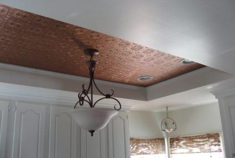 Плиткой можно отделать как базовый, так и подвесной потолок