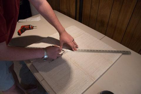 Плиты обрезаются под размеры потока