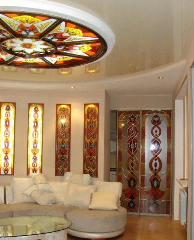 Плоский витраж дополнен однотипными вставками на стенах и встроенном шкафу