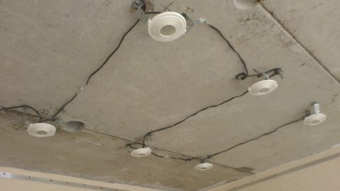 По несгораемым покрытиям допускается монтаж проводки без дополнительной изоляции