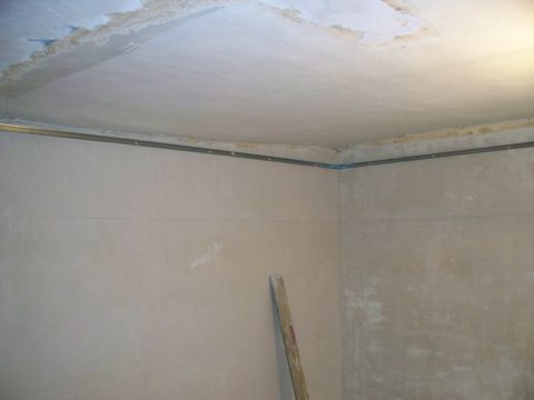 По периметру потолка на стены закреплен ПНП
