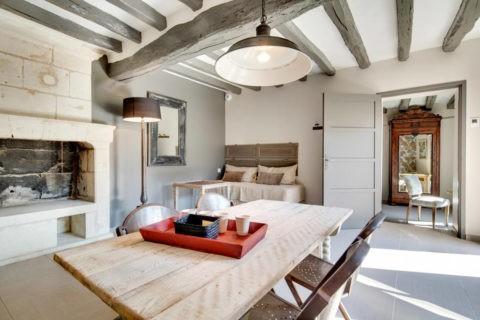 Побелка в интерьерах в деревенском стиле хорошо сочетается с декоративными деревянными балками