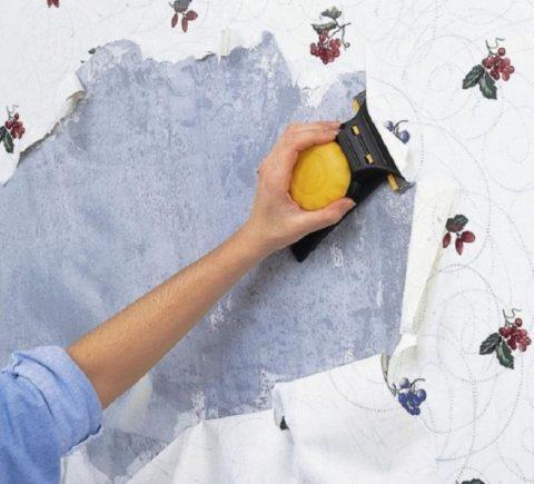 Под действием смывки покрытие легко отстает от потолка