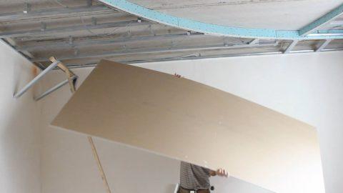 Подпорки из подручных материалов помогут закрепить ГКЛ на потолке без помощника