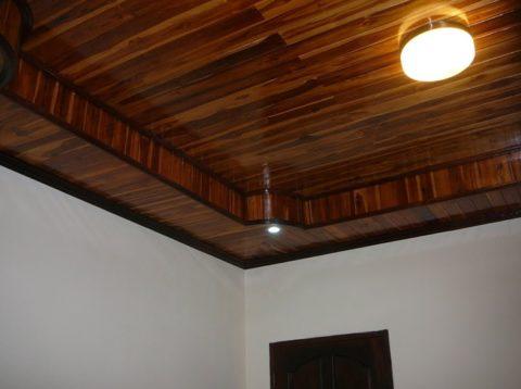 Подшивной потолок с деревянным коробом по периметру