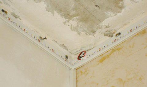Подсветка натяжного потолка монтируется после багета, но до пленки