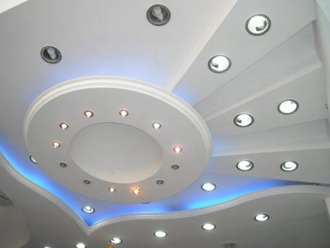 Подсветка точечными светильниками и светодиодной лентой