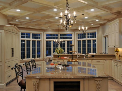 Подвесная конструкция потолка из гипсокартона, оформленная полиуретановыми молдингами, позволяет создать имитацию кессонного потолка