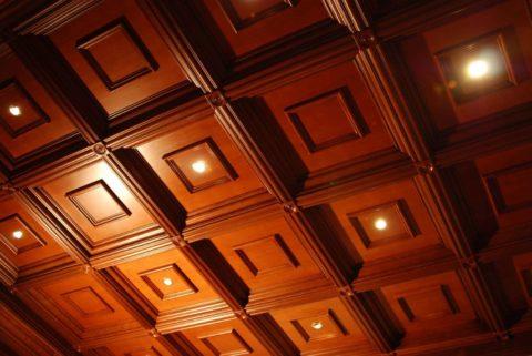 Подвесная конструкция со встроенными светильниками