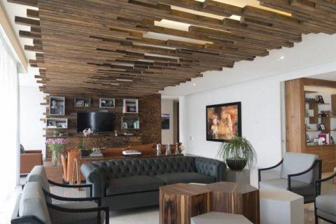 Подвесная система из деревянных элементов подходит для высоких помещений