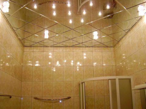 Подвесная зеркальная конструкция в ванной
