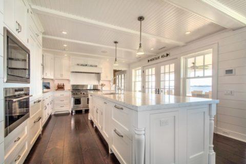 Подвесной потолок из дерева на кухне, покрашенный в белый цвет