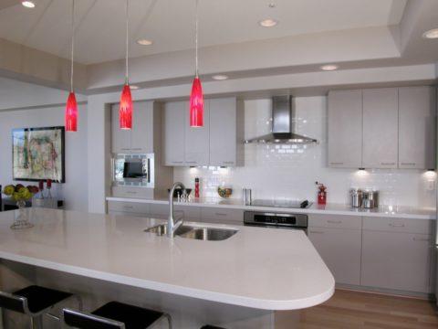 Подвесной потолок в интерьере кухни, даже маленькой, будет эффектным дополнением, несущим не только красоту, но и функциональность