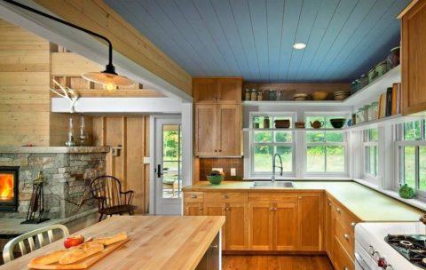 Подвесной закрытый потолок реечный на кухне