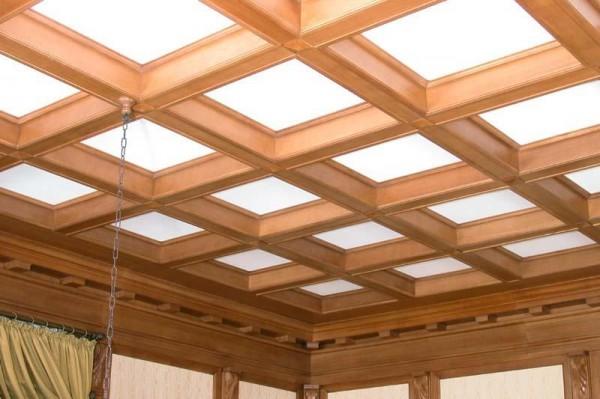 Деревянный потолок с матовым оргстеклом