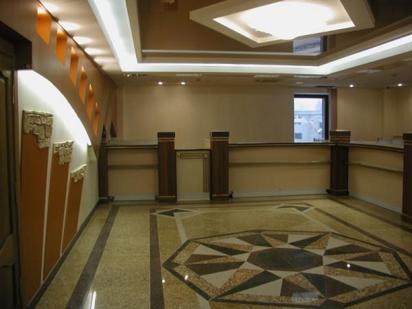 Клиновой многоуровневый потолок в холле гостиницы