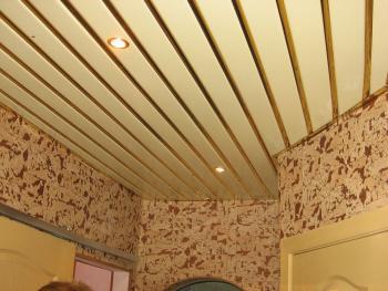 Оборудование комнаты подвесными зеркальными потолками