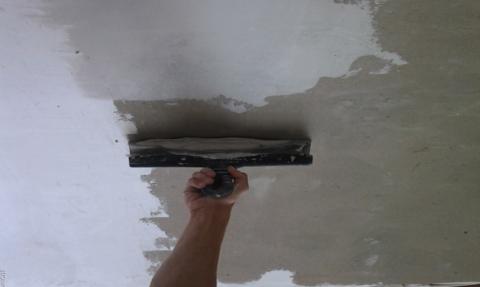 Показано как шпаклевать потолок бетонный
