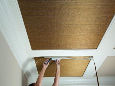 Поклейка бамбуковых обоев на потолок