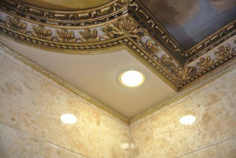 Полиуретановый плинтус в оформлении ванной
