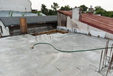 Поливка бетонного потолка водой