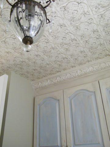 Полотна с изображением лепнины позволят сэкономить высоту низкого потолка