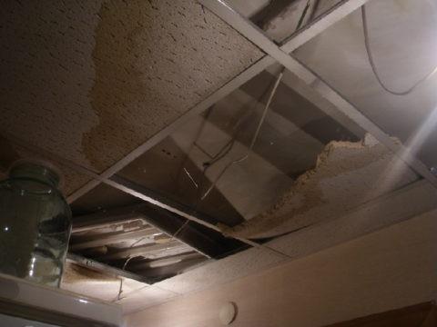 Последствия затопления потолка Армстронг