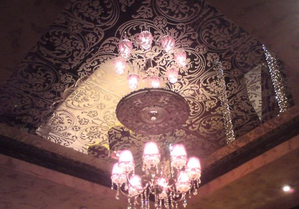 Потолок с гравированным стеклом