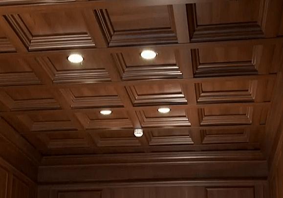 Офисные потолки, обшитые деревянными панелями