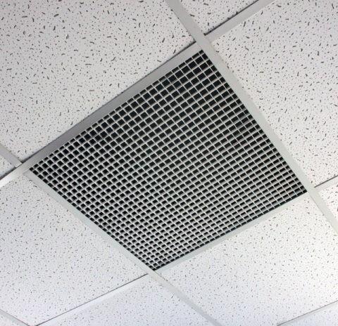 Потолочная металлическая плитка может быть исполнена в виде диффузора вентиляционной системы