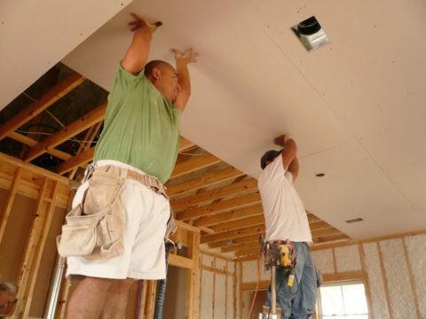 Потолочные конструкции из гипсокартона можно крепить и на деревянном каркасе