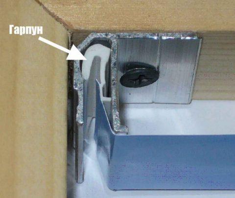 Потолочный багет обеспечивает минимальное расстояние между потолком и пленкой