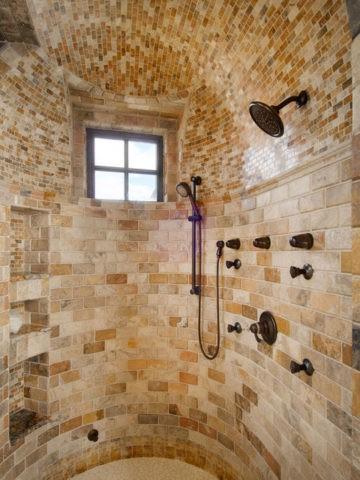 Потолочный свод душевой в классическом особняке, а может быть и настоящем замке