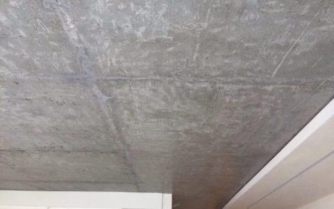 Потолок должен быть зачищен от старых покрытий