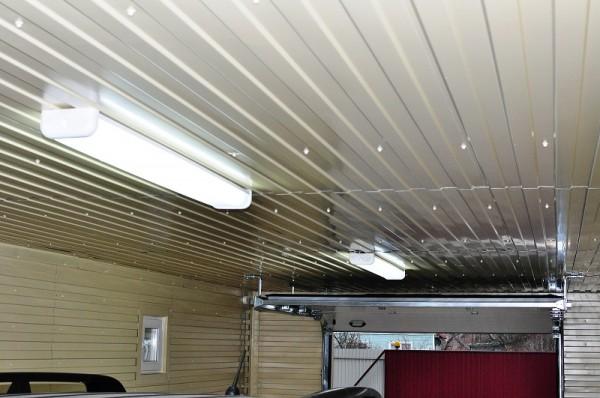 Потолок гаража, обшитый металлическим профилем