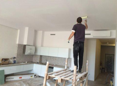 Потолок грунтуется и до и после процесса шпатлевания