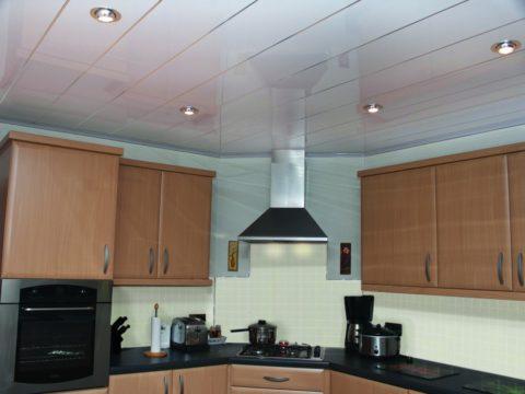 Потолок из панелей ПВХ: дёшево и вполне симпатично