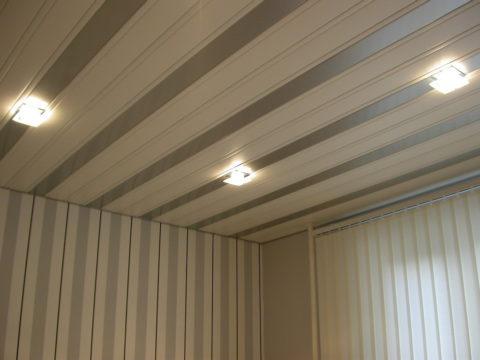 Потолок из пластиковых реек