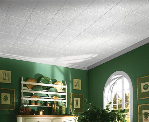 Потолок из плитки аккуратно обрамлен полистироловыми плинтусами