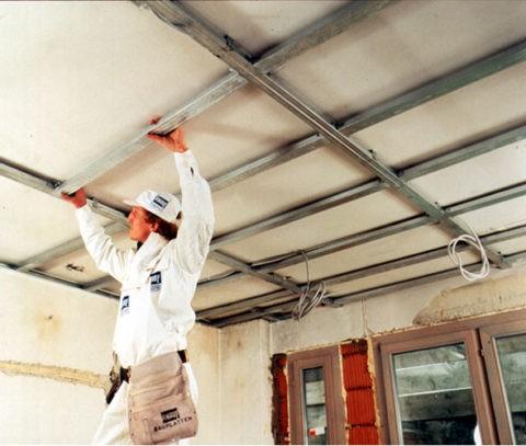 Потолок крепится на специальном каркасе