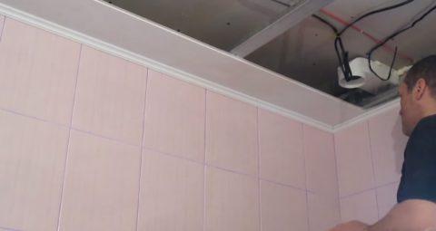 Потолок кухни – ремонт с использованием пластиковых панелей