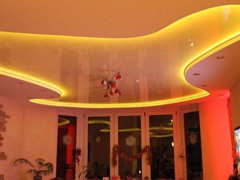 Потолок можно сделать оранжевым с помощью равномерной подсветки