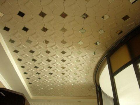 Потолок на балконе может отлично смотреться, будучи отделанным недорогой полистироловой плиткой