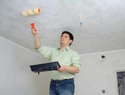 Потолок нужно хорошо смочить и дать постоять 10-15 минут