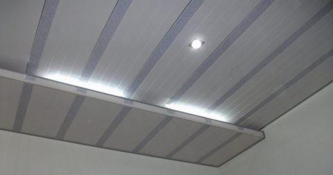 Потолок обшитый панелями пвх