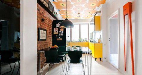 Потолок, оклеенный обоями