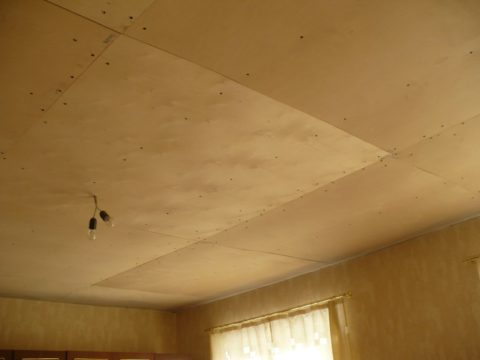 Потолок, подшитый фанерой