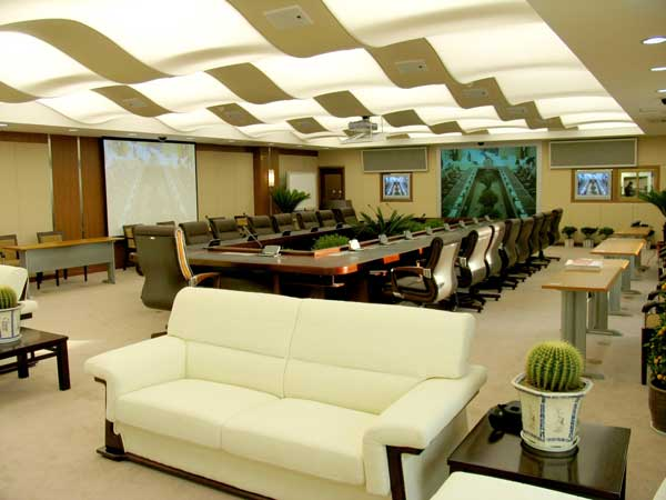 Зал заседаний с потолком сложной криволинейной конструкции
