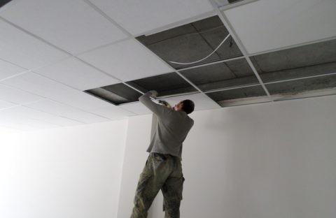 Потолок подвесной в хрущевке, установка плит Армстронг
